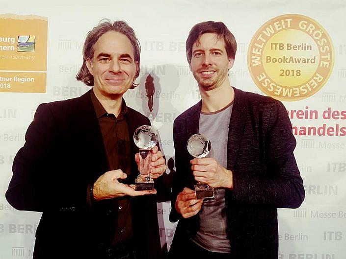 Fotojournalist und Autor Lutz Jäkel zusammen mit Autor Stephan Orth bei der ITB Book Award 2018 Preisverleihung in Berlin.