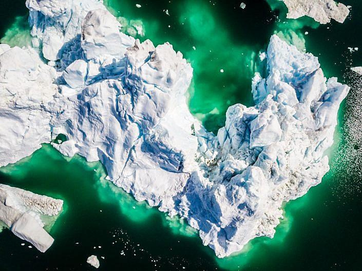Drohne, Drohnenaufnahme mit DJI Mavic Pro. Grönland. Eisberg von oben